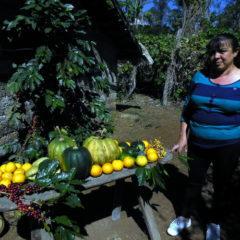 Jamiletta stellt die Produkte ihrer Finca vor